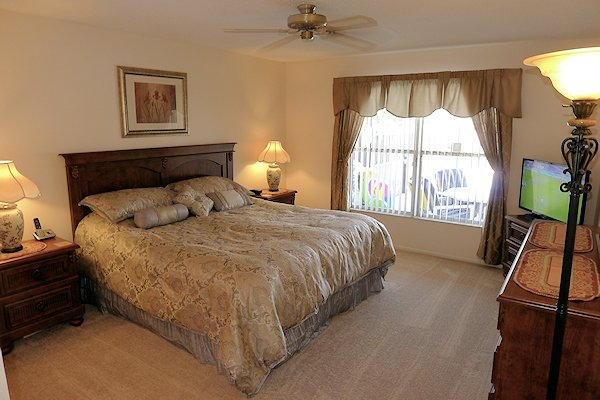 King-size master bedroom with en-suite bathroom