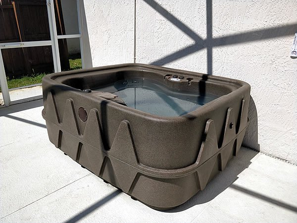 Hot Tub - Heated 24 hours a day!